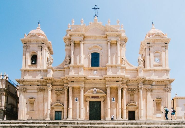 Discovery of the ancient history in Syracuse and the finest buildings of Sicilian baroque in Noto