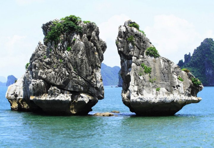 Discovery of Sung Sot Cave (Cave of Surprises) and Vietnamese cooking class by chef on board